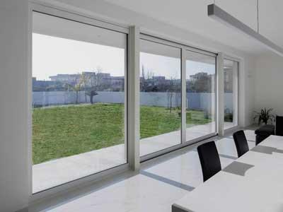 Serramenti in alluminio bianco apertura scorrevole installata a Milano