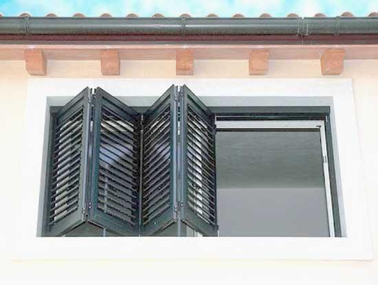 Persiane realizzate in PVC su misura, chiusura ad impacchettamento in provincia di Lecco