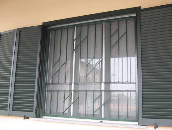 Installazione persiane antieffrazione in alluminio grigie chiusura a libro a Lecco