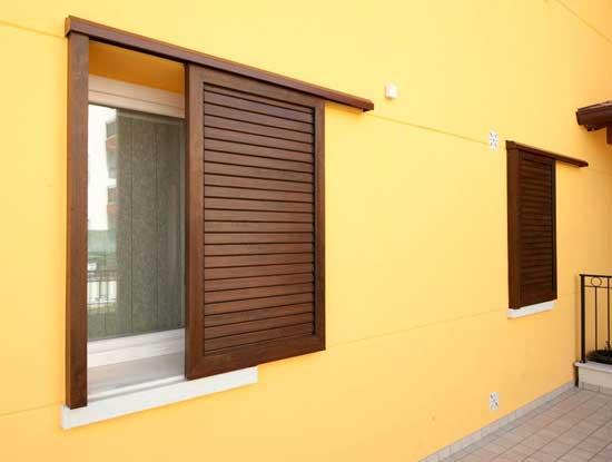Persiane in PVC scorrevoli effetto legno in una casa a Pavia