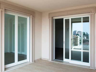 Serramenti in alluminio bianco apertura scorrevole installata a Lecco