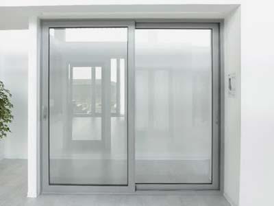 Serramenti in alluminio bianco apertura scorrevole installata a Monza