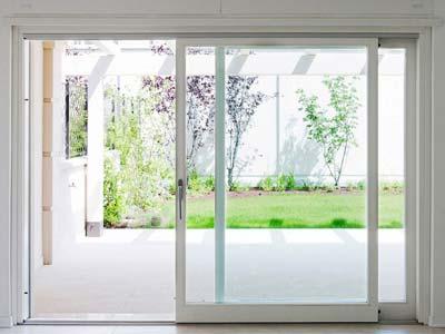 Serramenti in alluminio bianco apertura scorrevole installata a Pavia