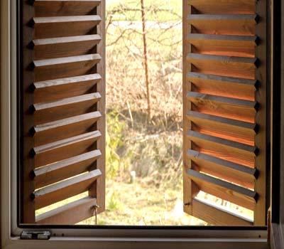 Persiane in legno vantaggi e svantaggi