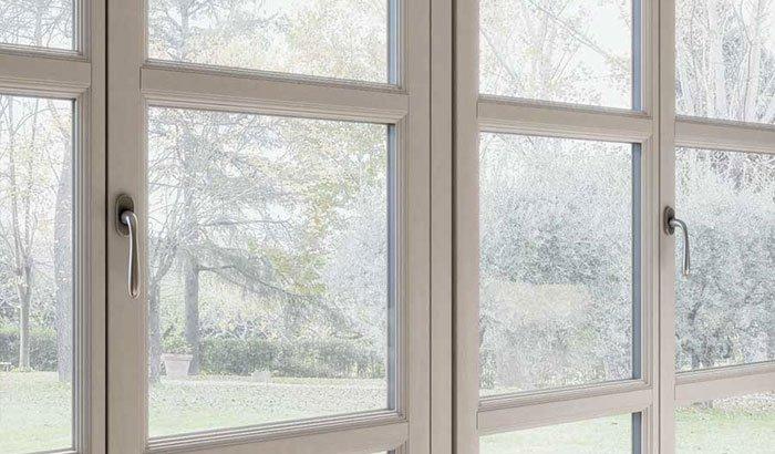 porta finestra in legno bianco tipica