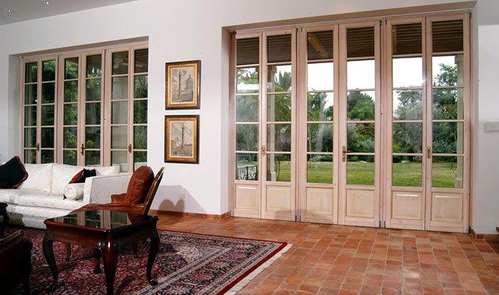 porte finestre in stile inglese in legno bianco