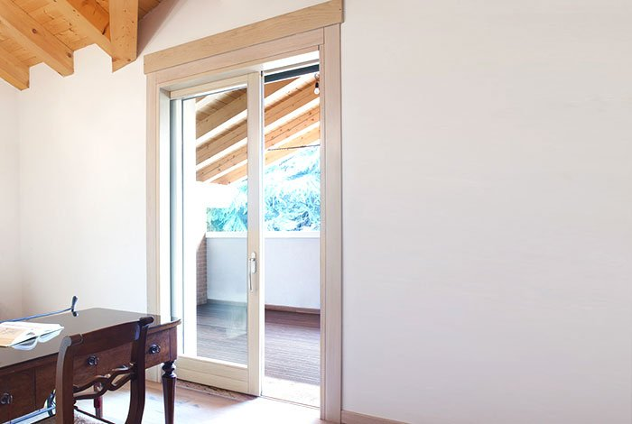 Grande porta finestra per esterno con sistema a scomparsa