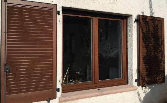 Finestra in alluminio esterno e legno interno con persiane in alluminio effetto legno
