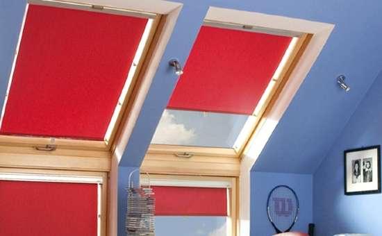 Foto serramenti in legno montati in una mansarda