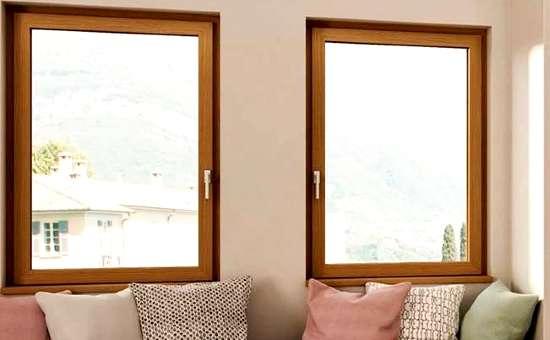 Finestre in legno montate in soggiorno dietro al divano