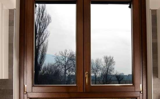 Immagine di una finestra in legno | Lavoro eseguito in Rivergaro