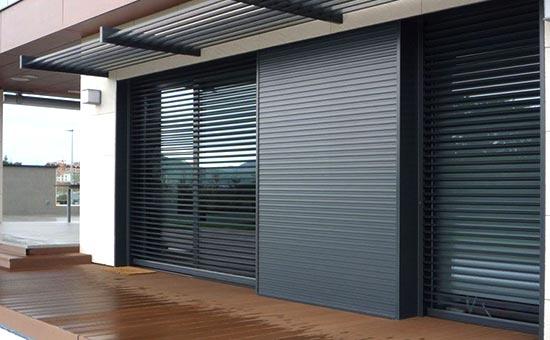 Persiane in alluminio di design installate in una casa a Valsamoggia