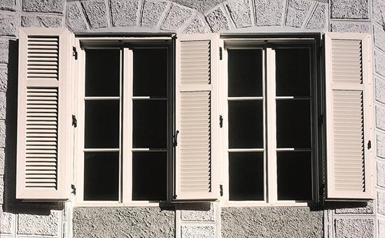 Persiane in PVC con doppia anta a battente di colore bianco