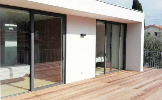 Infissi e serramenti in alluminio su misura montati in una villa