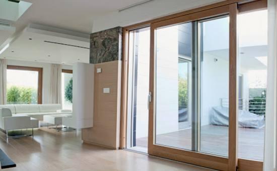 Serramento di grandi dimensioni scorrevole in legno-alluminio | Lavoro eseguito a Podenzano