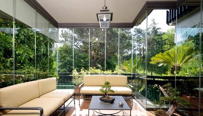 Infissi a tutto vetro di grandi dimensioni per la chiusura di un terrazzo