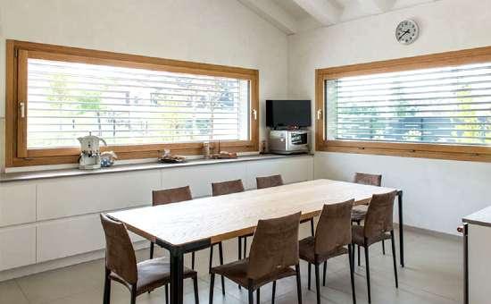Immagini di finestre in legno su misura casa a Sassuolo