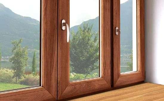 Primo piano di serramenti in legno montati a Medesano