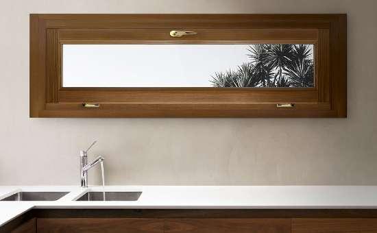 Finestra in legno misure no standard per appartamento a Novellara