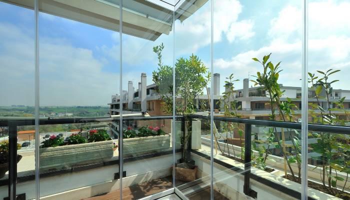 Infissi a tutto vetro per veranda installata a Milano
