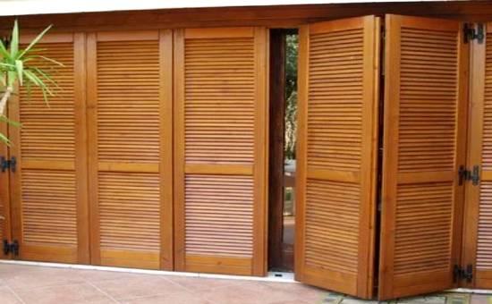 Persiane di legno con apertura a impacchettamento