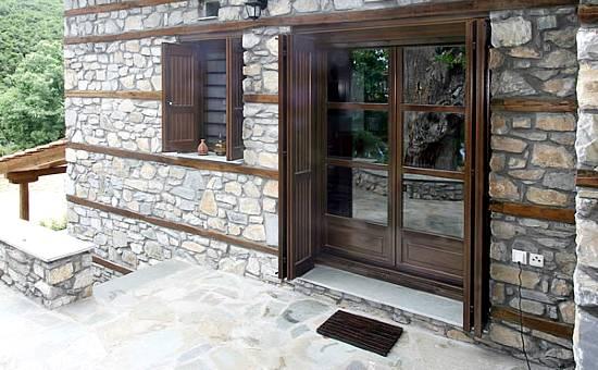 Persiane di legno rustiche per casa in campagna vicino Formigine
