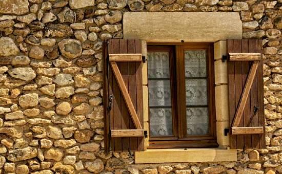 Persiane di legno rustiche per casa in campagna vicino Castellarano