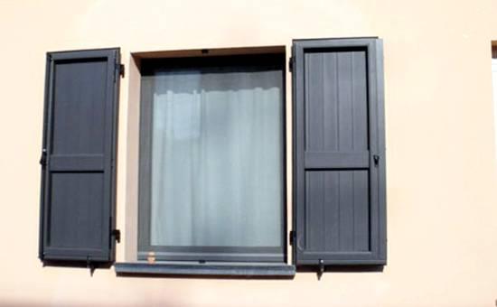 antoni in pvc per finestre in una casa a Mirandola